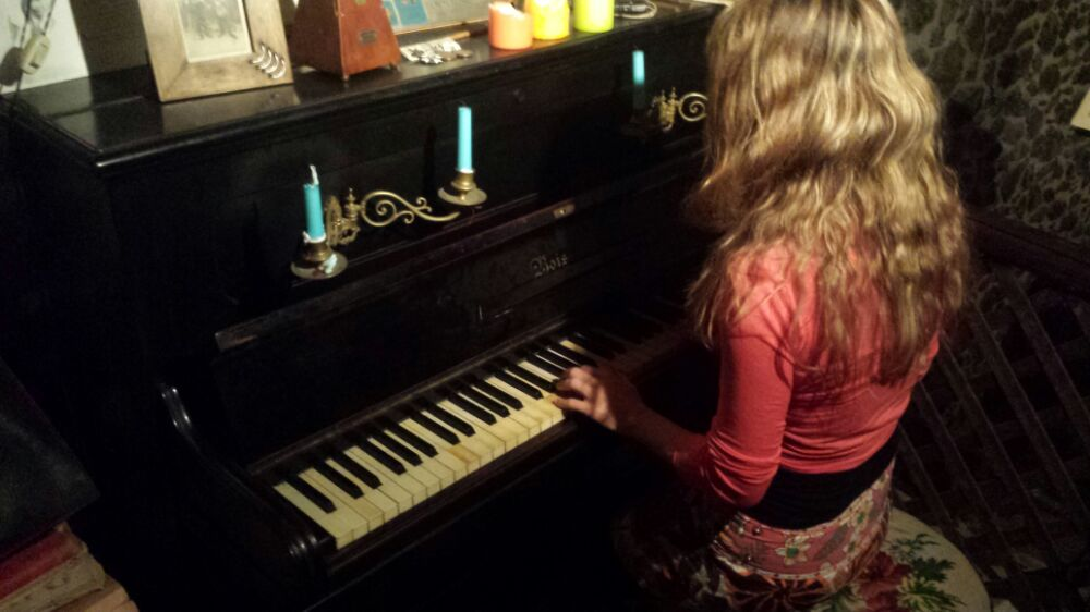piano playing winery tour