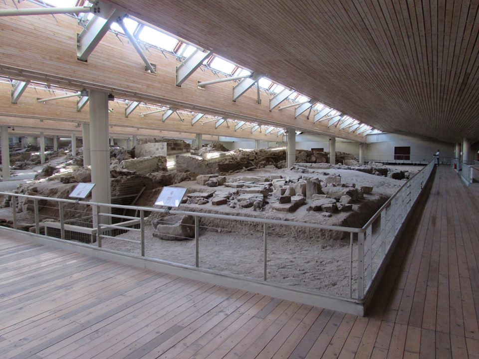 Visit Akrotiri during 2 days in Santorini