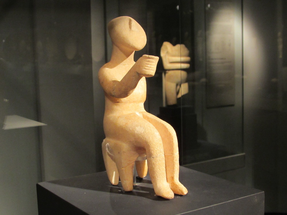 Small Cycladic Art figurine raising cup