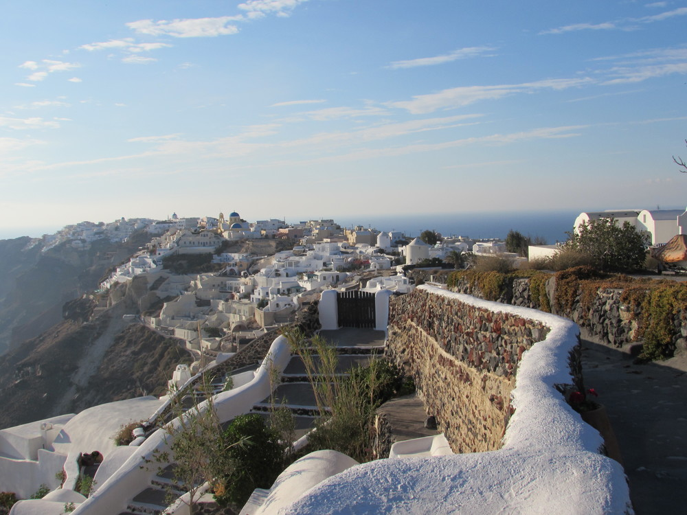 The walk into Oia from Fira