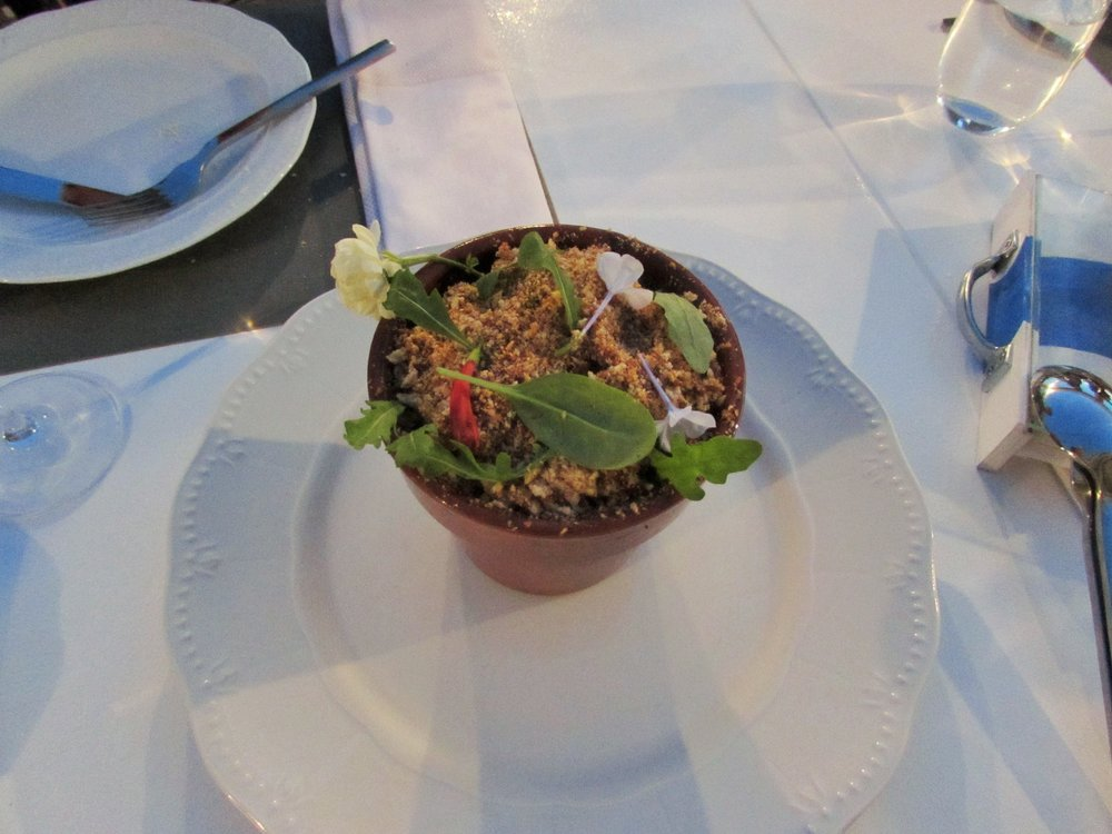 Greek salad in a plant pot in Patmos - Finding the best restaurant in Patmos