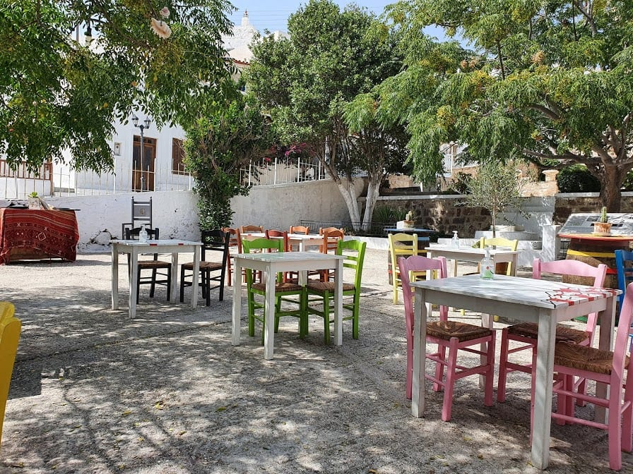 The outdoor seating area of Fatse in Plaka Milos