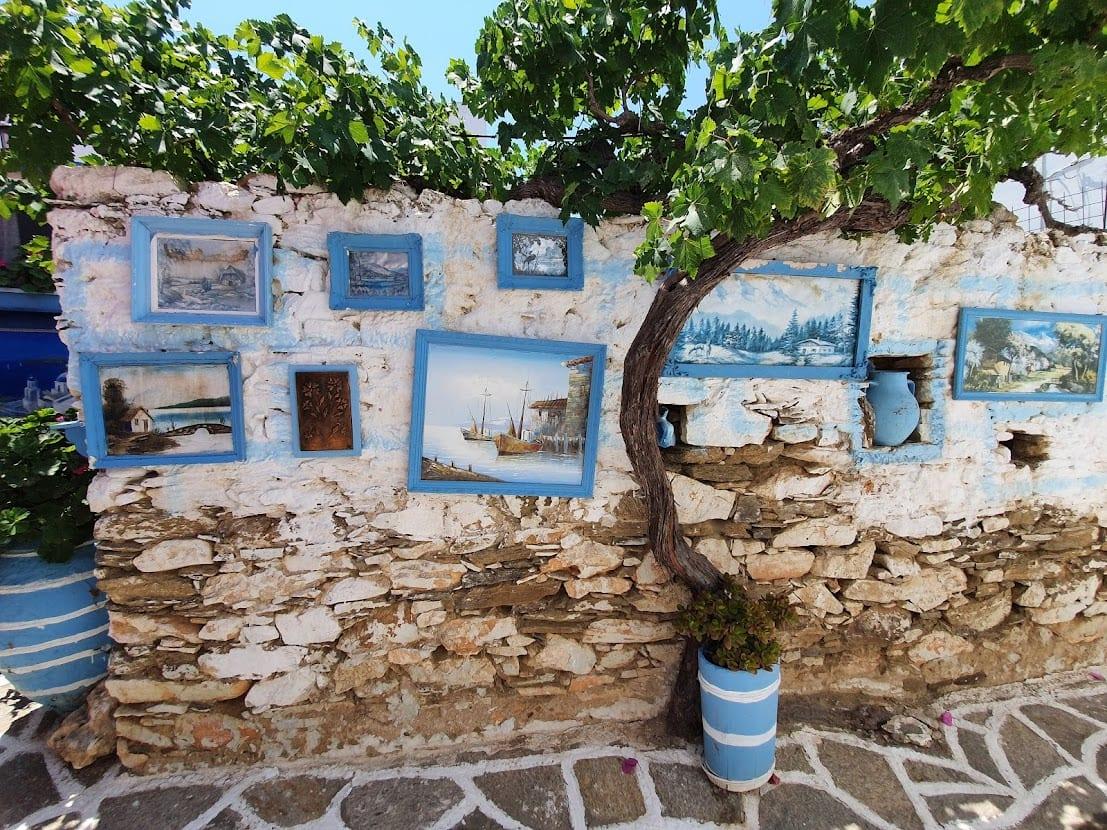 יצירות אמנות תלויות בחוץ בפרודרומוס בפארוס