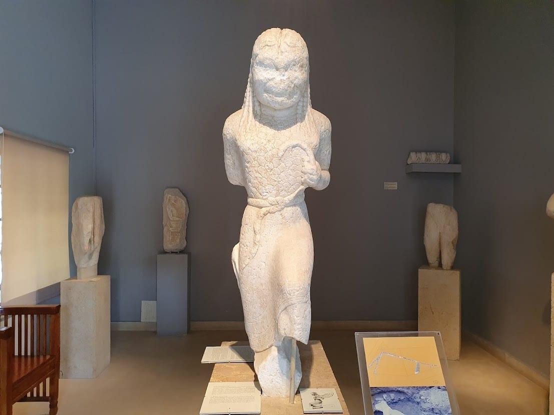 פסל בתוך המוזיאון הארכיאולוגי של פארוס